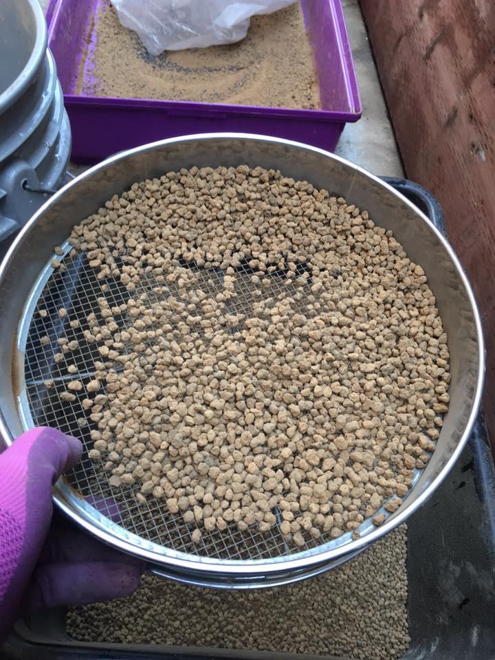 Đất nung akadama được sàn để không có bụi và chọn hạt bằng kích cỡ